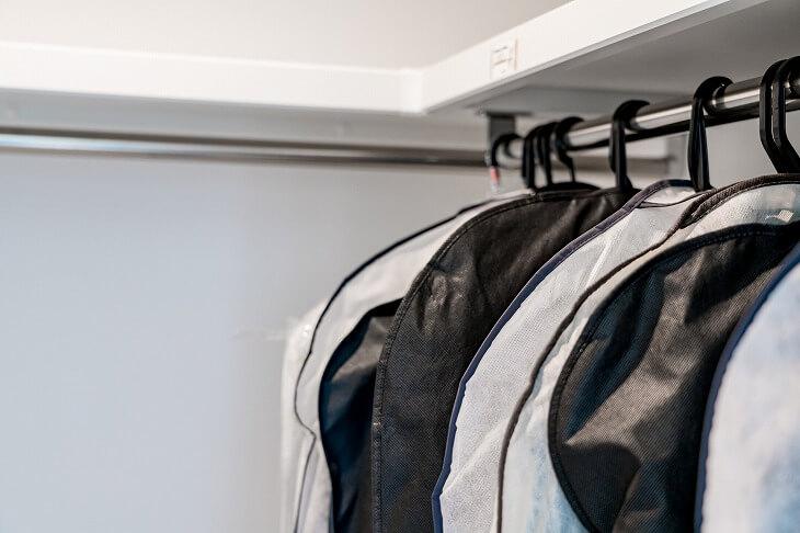 吊るすコートの長期保管には、すべて衣類カバーをかけて収納を。嬉しい除菌&消臭機能付きの衣類カバーが100円ショップで購入可能