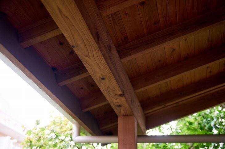 庇(ひさし)とは、玄関上に設置された屋根のこと。日よけ・雨よけの役割だけでなく、直射日光を避けることから省エネ効果にも