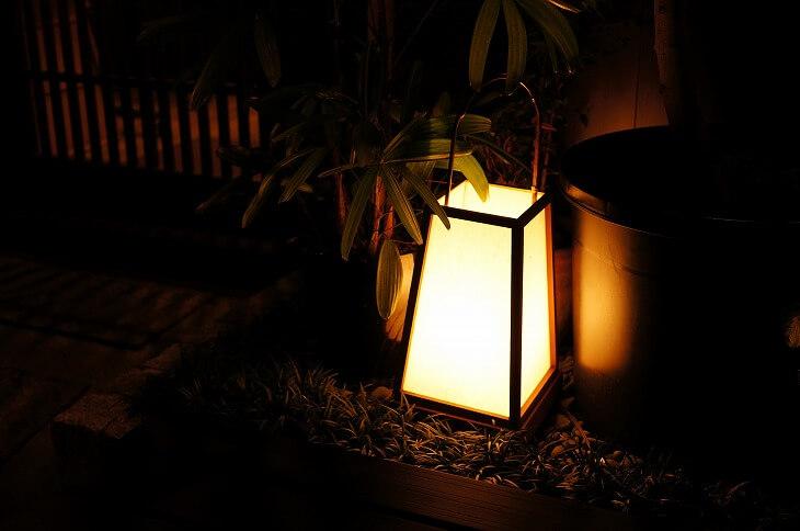 和の玄関においても「落ち着く」という要素は重要。照明は低めの位置から、温かみのあるライティングを