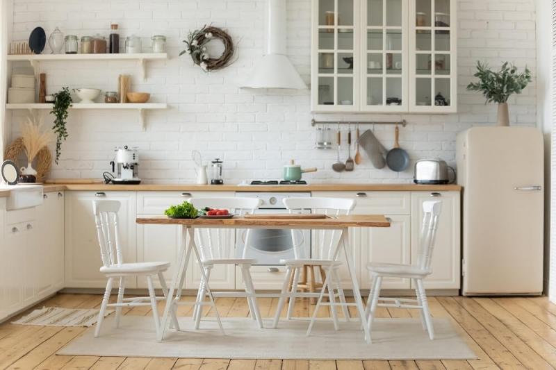 キッチンの床はタイルが正解?床材選びとそれぞれの特徴、人気のフロアシートを使ったリメイクまで解説