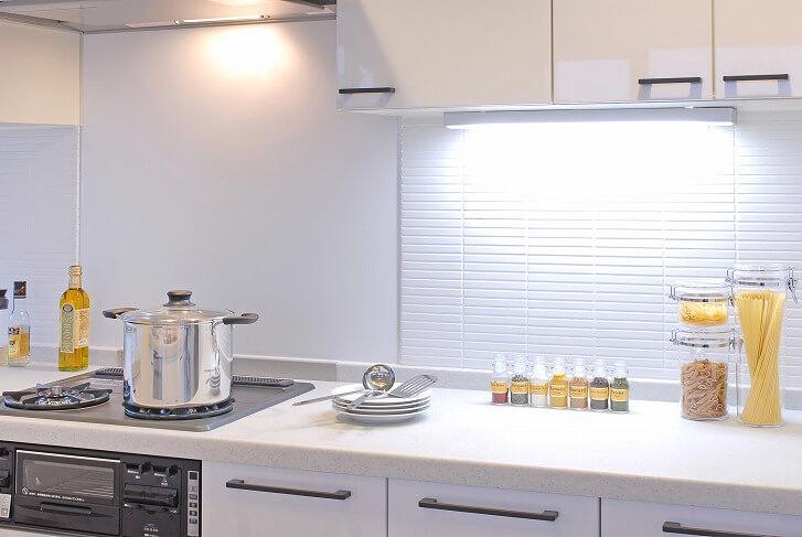 採光性の不十分さは、キッチン専用の照明を取り付けてカバー。とくに手元を明るく照らして、作業効率をアップ