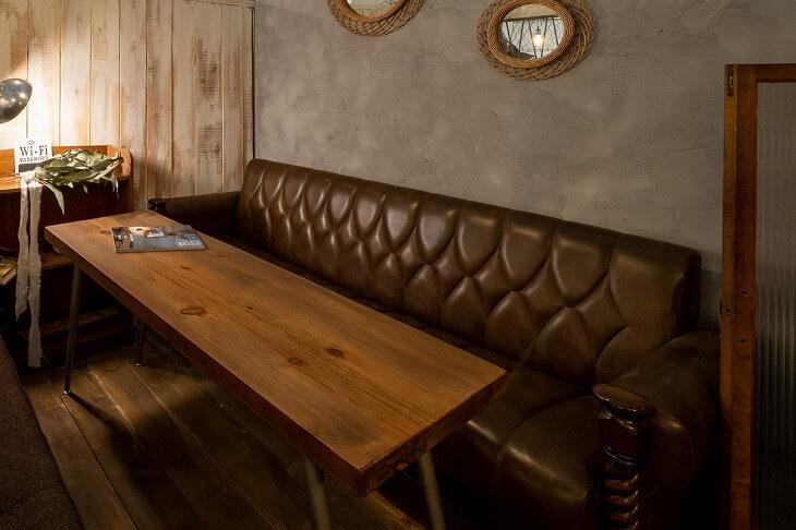 重厚感のある無垢材テーブルと革張りのソファがインパクト大