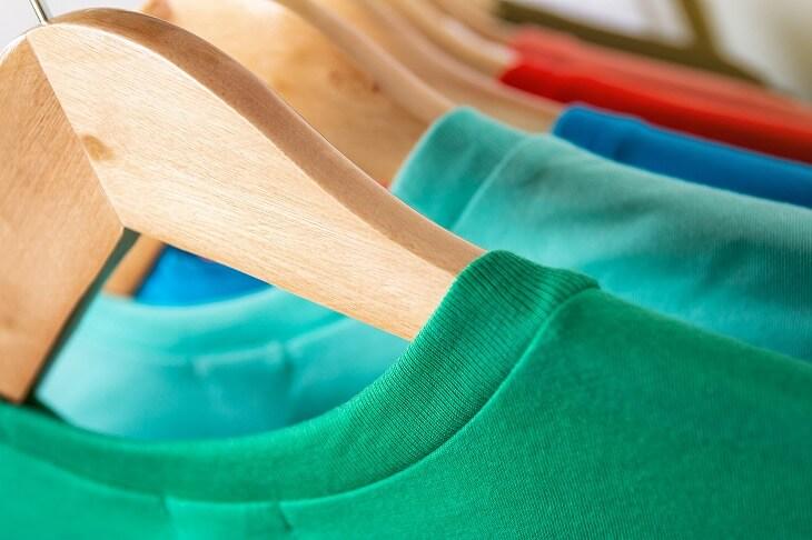 「Tシャツはたたむ」という概念は一度無くして、 クローゼットでは 「掛ける収納」を。シワや洋服選びの煩わしさからも解消