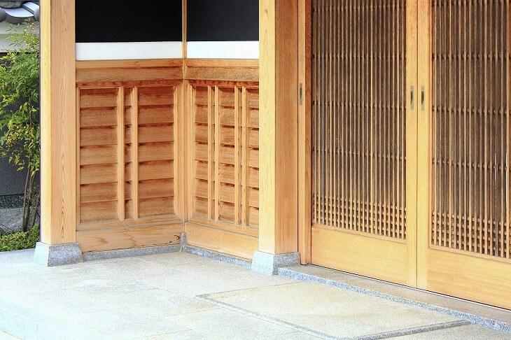 和風の玄関扉といえば、格子の引き戸。一般的な開き戸とは違った特徴があるので、理解したうえでベストなものを選んで