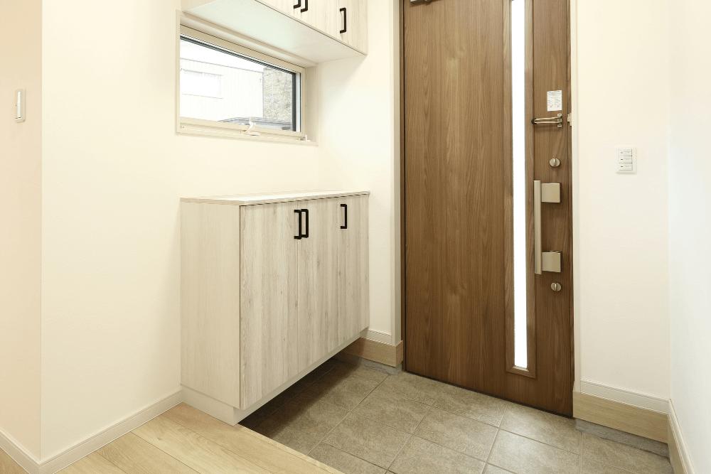 狭い玄関をすっきりおしゃれに見せるコツとは?デッドスペースを活用した収納アイデアを紹介
