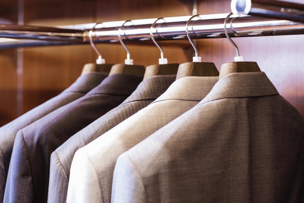 スーツの正しい収納方法とは?シワや型崩れを気にせず保管できるおすすめ収納術を紹介