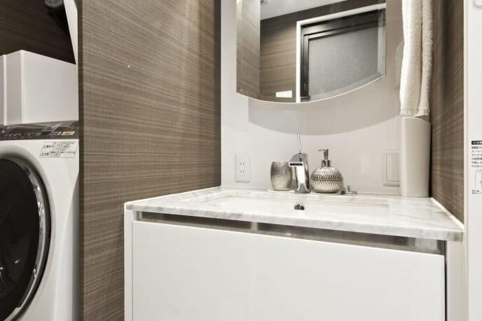 洗面台をホワイトで統一することで、明るさや清潔感を演出できます。洗面所を白で統一し、素材や質感の違うものを使用することで、デザイン性を高めることができます。シンプルでありながらも、おしゃれで飽きのこない空間を生み出すことができています。