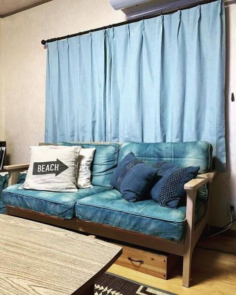 西海岸風インテリアに必須のブルーですが、中でもデニムブルーはおすすめです。ノンウォッシュデニムのような濃いブルーなら素材から醸し出される高級感があり、ウォッシュデニムのような明るいブルーならカジュアルで爽やかな明るい雰囲気の部屋に。無垢材など風合いのある家具との相性もぴったりです。海風にさらされたシャビーな雰囲気を演出できます。