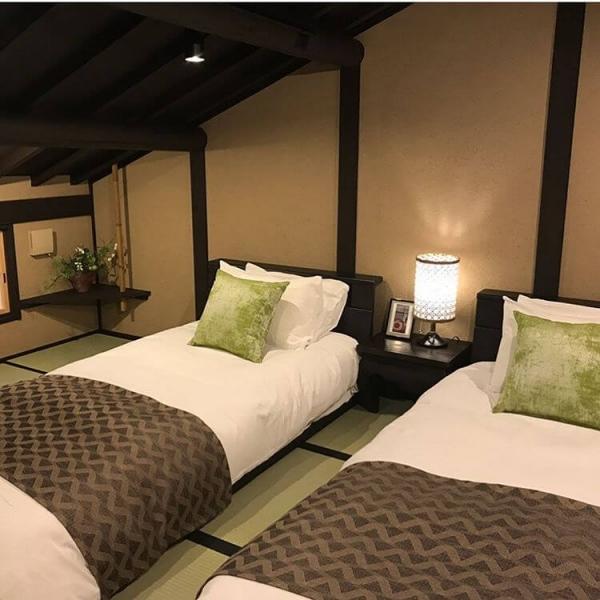 京町家高瀬川七条。2階の畳部屋は下がり天井があり、ここにどのようにベッドを置くか迷っていらっしゃるオーナーにご提案したのが、その下りを生かした家具配置とベッドに高さです。ベッドの脚を外し、低くして畳の上に置きました。ゲストが頭をぶつけないように、セミダブルベッドを二台 ツインに配置しています。こうするとベッドの間を通って両サイドのベッドへの導線ができました。2枚目は、同じベッドを脚ありで設置です。サイズはダブルサイズです。2室一緒に見ると統一感があります。