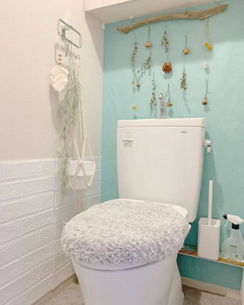 トイレも流木やドライフラワーなどの装飾で一気に海を感じる空間を演出できます。上部の棚を活用することで壁に穴をあけずにインテリアを楽しむことができています。グリーン系の壁紙を選ぶとより爽やかな雰囲気になり、明るく清潔感のある場所になるでしょう。