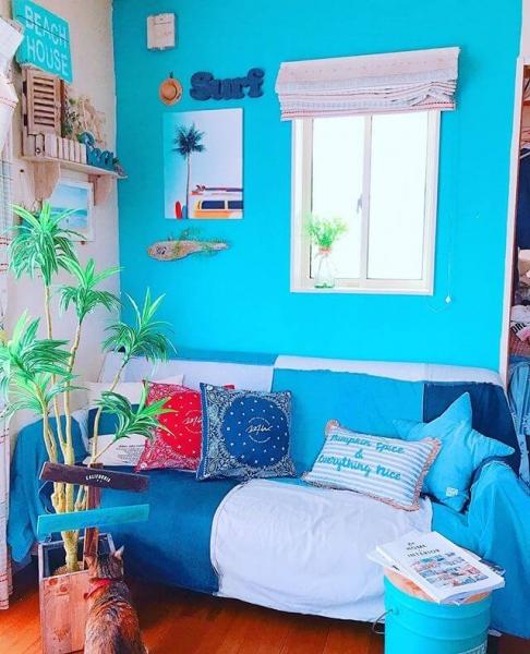 壁紙をブルーにするのもおすすめです。西海岸らしさを全面に出したいならターコイズブルーがおすすめです。ブルーグレーなどのニュアンス色でも、ほかの家具との相性がよく部屋に馴染むでしょう。寒色系の壁紙は部屋を広々と見せてくれる効果も。 また、ブルーを意識したブルーグラデーションのファブリックパネルや抽象画、ビーチの写真、絵画やポスターなど、西海岸テイストを盛り込んだ壁面装飾がインテリアに海辺の風を運んできてくれるはずです。