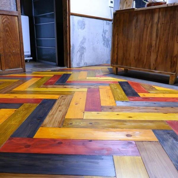 DIYでカラフルなヘリンボーン床