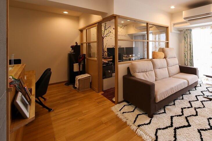 完全な個室にせずに室内窓で仕切れば、閉鎖感がなく周りも見える