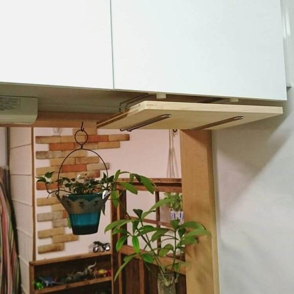 まな板はどこに収納していますか?とご質問いただきました(^^)/はい、こちらに空中収納?となっております。ちなみにこのまな板は、無印良品のものです。