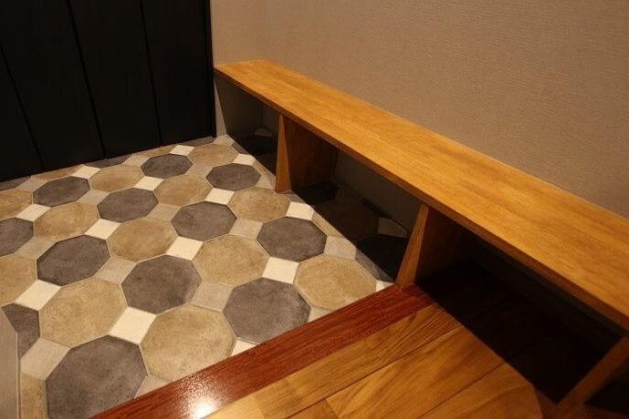 玄関ベンチも人気な造作。サイズやでサインも豊富で、下の空間を収納スペースとして利用する方も