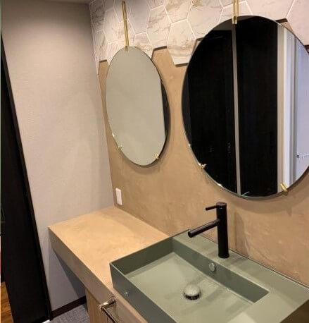 壁面に設置する鏡をふたつ配置することで、広々とした印象の洗面所にできます。鏡はひとつを洗面台の上に設置し、もうひとつはカウンターの上に設けるなど、配置を工夫すればシーンに合わせて使いやすいほうを選べると思います。鏡がふたつあれば、朝の身支度で洗面所が混雑してしまうという問題も解消できるはずです。洗面所の雰囲気に合わせて鏡を選べば、より素敵な空間になるので、毎日の身支度が楽しくなります。