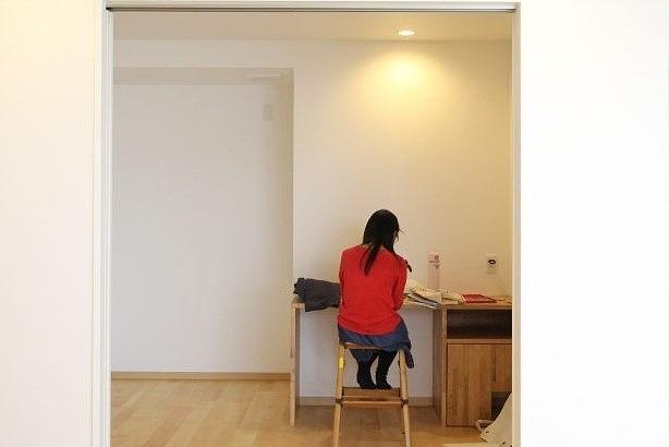 造作デスクにすると椅子の高さも自分に合わせやすいのもメリット。右下の空間はオーダーならではの猫用の寝室