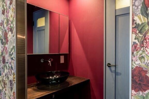 壁や扉に思い切って原色を取り入れるなど、個性を演出することでおしゃれなショップのような印象を受けます。個性的な色使いの洗面所であれば、生活感も覚えにくく、高級感のある雰囲気にもなります。もし、好きな色があるなら、壁や扉などに使用してみるのもいいかもしれません。