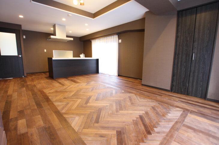 ヘリンボーンの床材として人気の無垢材。無垢材にはさまざまな種類があるので、自分好みの色合いや質感を探すのも醍醐味