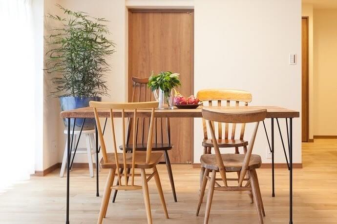 素材・デザインを自分で選べるので、椅子のデザインがみんな違うという遊びを加えても、統一感のあるテーブルセットに