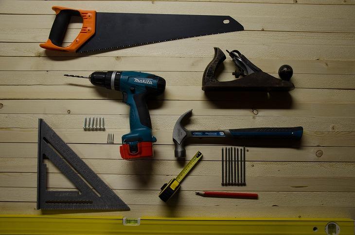 DIYが得意な人でも、キッチンのDIYは水道工事や電気工事を伴うためおすすめできない