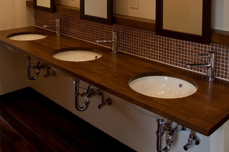 排水管がむき出しの洗面台