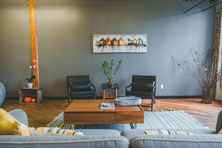 アクセントクロスと壁にかけられた絵がカフェのよう