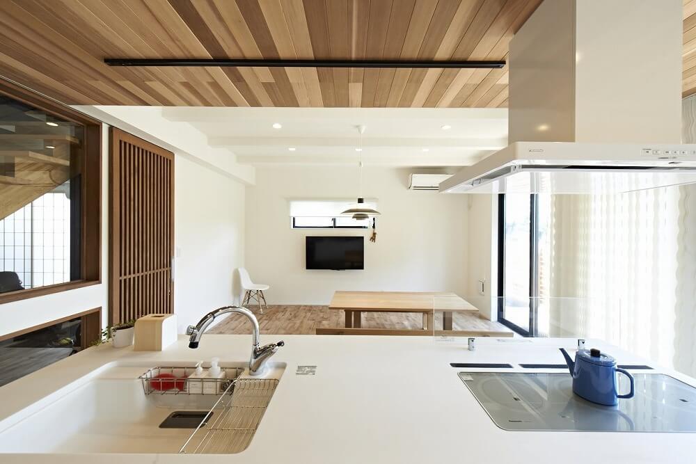 天井に無垢材を使って板張りリノベーション。メリットや事例を紹介