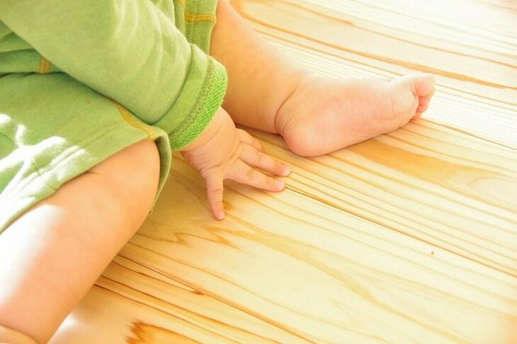 無垢材は手触りも見た目にもやさしく、接着剤などのアレルギー物質が少ない特徴がある
