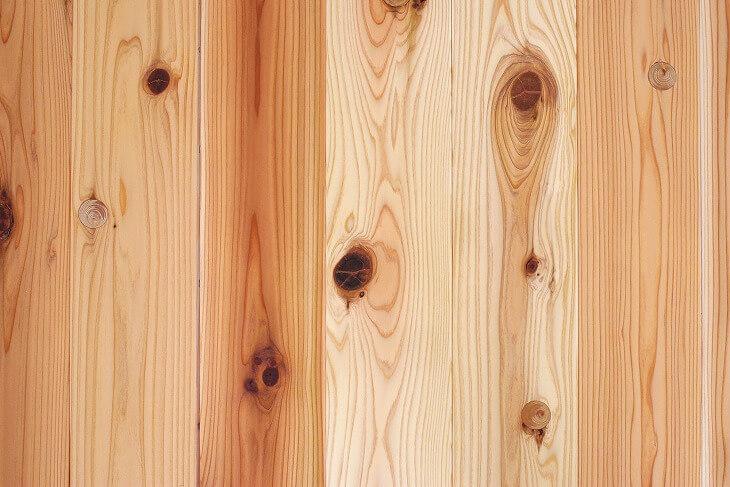 天然木の「節」が少ない「無節」ほど、価格は高額に。節目が目立つ「節あり」は、クローゼットなどの目立たない箇所に用いられる