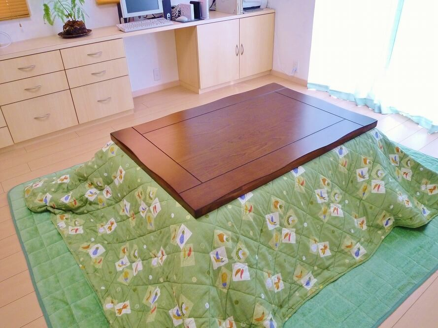 リビングにこたつを置いてほっこり。こたつテーブルの選び方、ソファやカバーのインテリアレイアウトを紹介