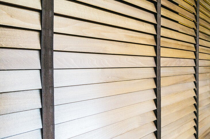 とことんこだわるなら、カーテンの代わりに木製のブラインドを取り付けるのがおすすめ