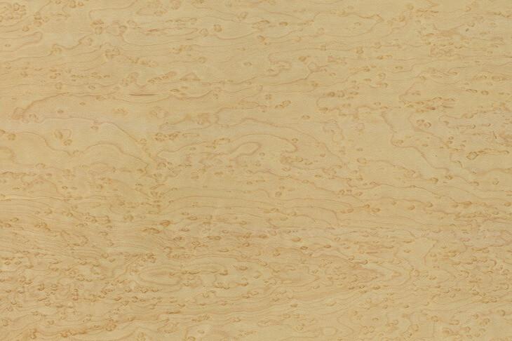 クリーミーな色合いの中に、木目が特徴的なメープル。堅くて耐久性もあり、ナチュラルインテリアに適した木材