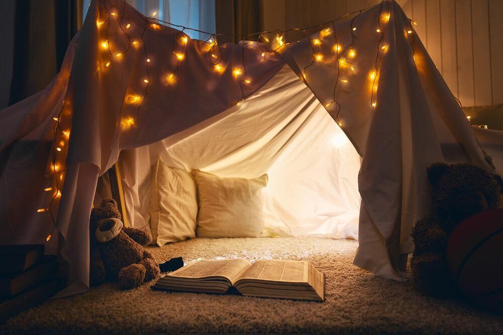 今だから「部屋でキャンプ」しよう。便利なテントやアウトドアアイテム、おしゃれなおうちキャンプの実例を紹介