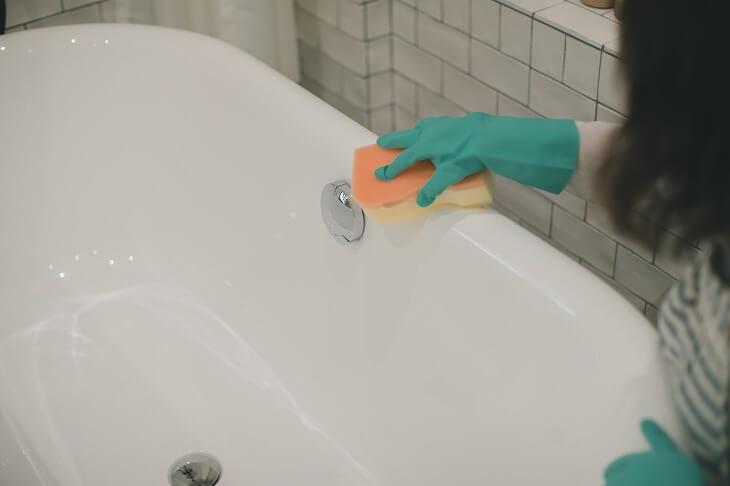 置き型バスタブは床や壁に隙間があるため汚れが溜まりやすい。バスタブをどかして掃除するなど、定期的なメンテナンスが必要