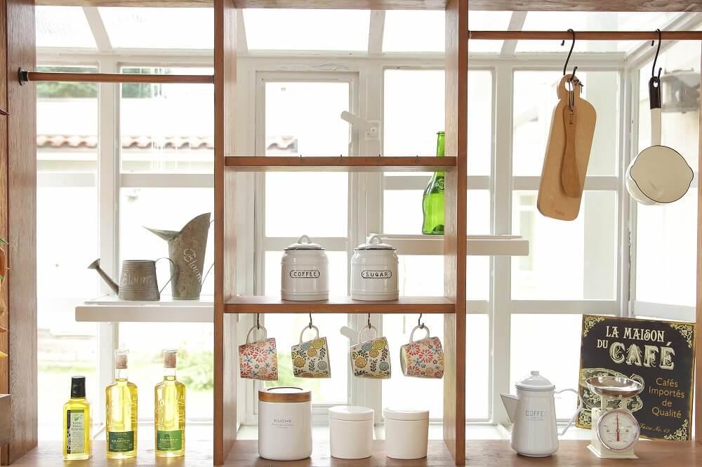 出窓スペースを活用した収納アイデア。おすすめアイテムの活用法、DIY実例を紹介