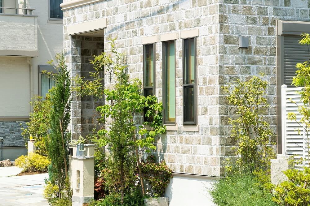 外壁リフォームを行うタイミングや外壁材の種類・特徴、注意点を解説
