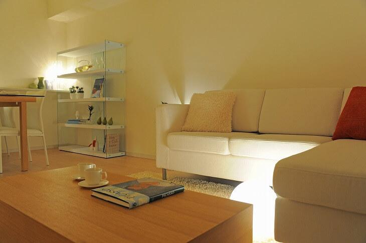 間接照明には、空間をおしゃれに演出するだけでなく、奥行き=広さを出す効果も。複数組み合わせる多灯使いもおすすめ