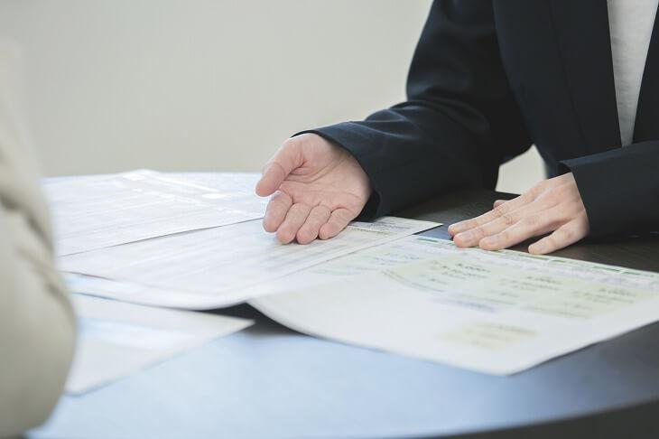 契約前に不利な条件がないか書類にしっかりと目を通そう