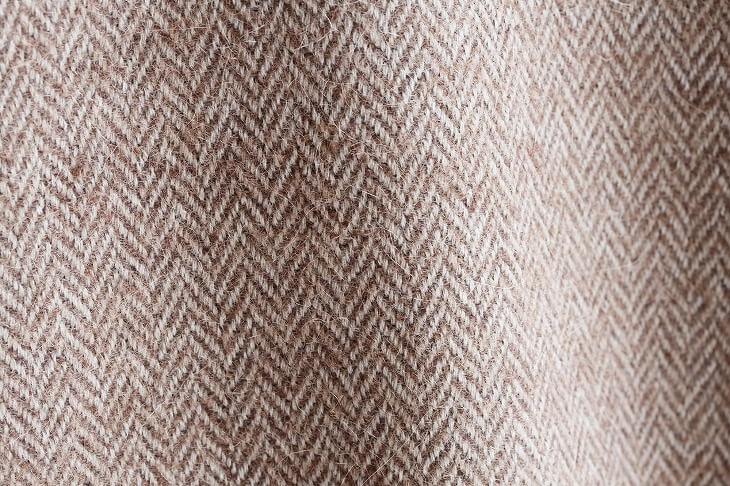 木材に限らず、布製品の編み方としてのヘリンボーンも有名。ヘリンボーン柄のカーテンやラグを知らずのうちに目にしている人は多いはず