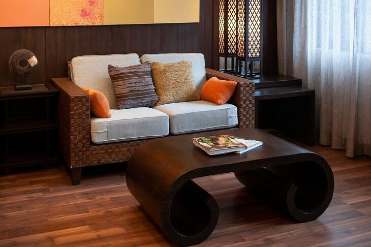 ソファと間接照明にアジアン素材を取り入れたモダンスタイルの部屋