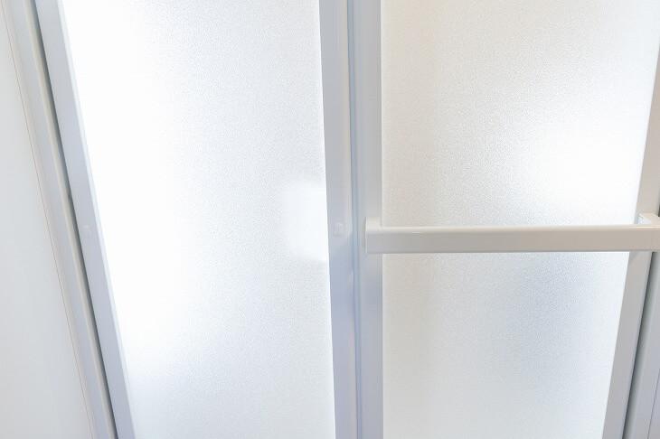 折れ戸は開閉スペースをあまり取らないのがメリット。しかし、ドアの隙間に指を挟みやすい