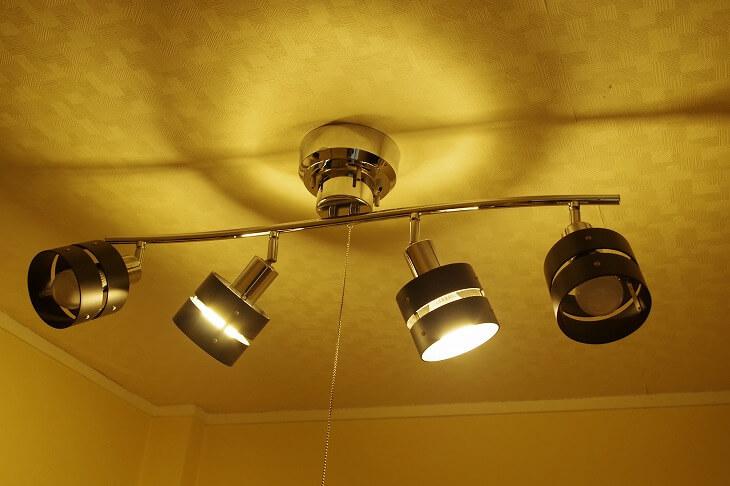 寝室の照明が明るすぎると、交感神経が活発化し目が冴えてしまう。電球色の柔らかい光を低い位置から照らすのがベスト