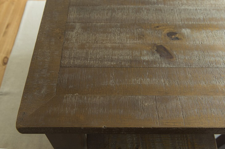 表面に傷がついた無垢材家具