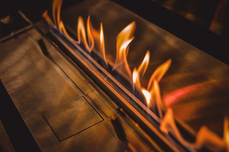 「バイオエタノール暖炉」は、コンパクトな卓上タイプなら数千円で購入可能。部屋で焚き火の炎を眺めてリラックス