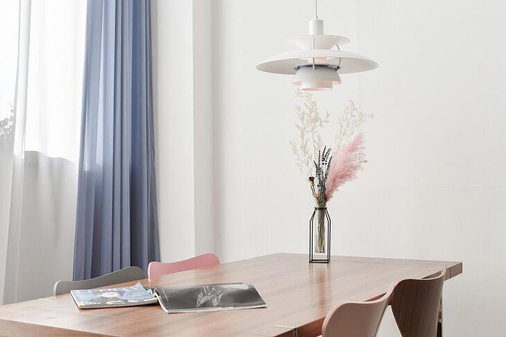 部屋の色味と合わせた花を飾ると、全体の統一感が増し、上品さがアップ