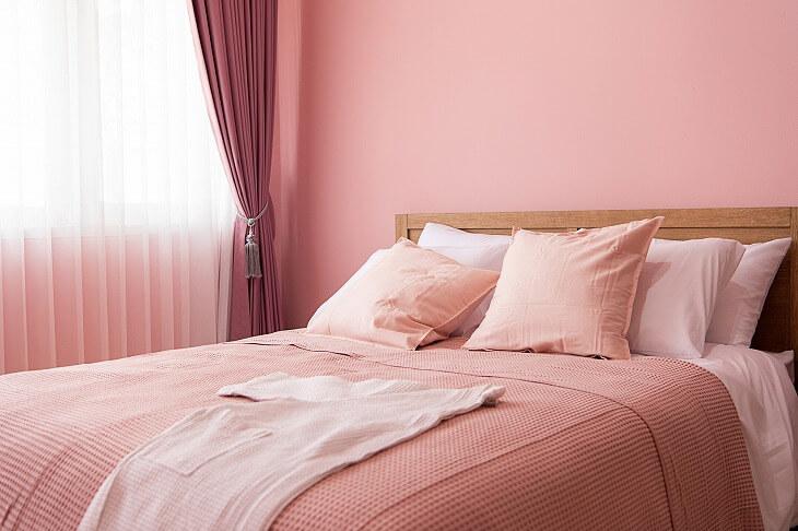 交感神経を刺激する彩度の高い色は、寝室には不向き。赤系を取り入れたい場合は、小豆色や淡い発色のピンをチョイス