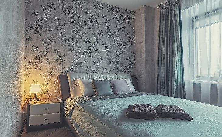 寝室の壁紙は、自分好みのデザインを取り入れて、ほかの部屋との差別化を。シックなグレーの花柄を取り入れて、華やかさもプラス
