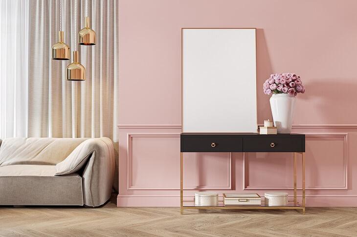 部屋にゴールドなど光沢のある素材を取り入れると、高級感のあるプレモダンスタイルに