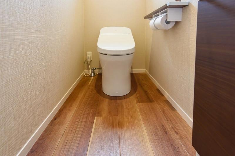 トイレの床リフォームでおしゃれな空間に。注意点と適した床材は?